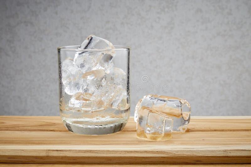Exponeringsglas med iskuber royaltyfria foton