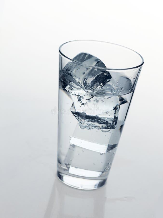 Exponeringsglas med kallt mineralvatten royaltyfria bilder