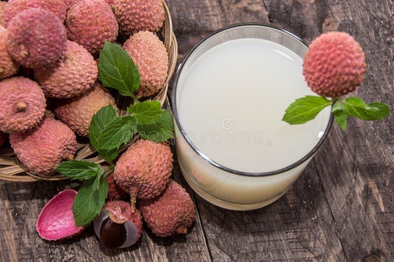 Exponeringsglas med Lychee fruktsaft arkivbild