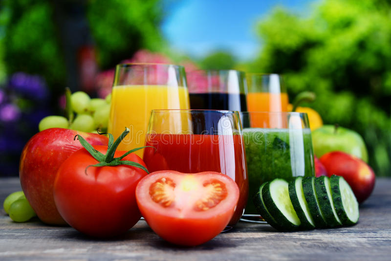 Exponeringsglas med nya organiska detoxfruktsafter i trädgården fotografering för bildbyråer