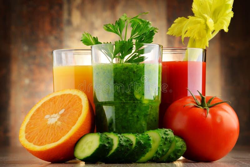 Exponeringsglas med nya organiska grönsak- och fruktfruktsafter royaltyfri foto
