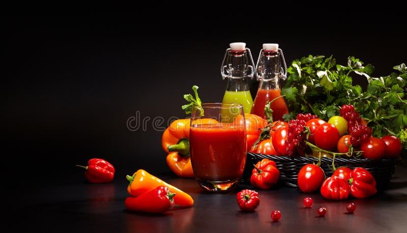 Exponeringsglas med nya organiska grönsak- och fruktfruktsafter arkivfoto