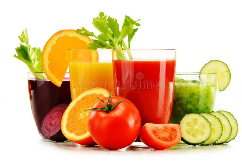 Exponeringsglas med nya organiska grönsak- och fruktfruktsafter på vit royaltyfri foto