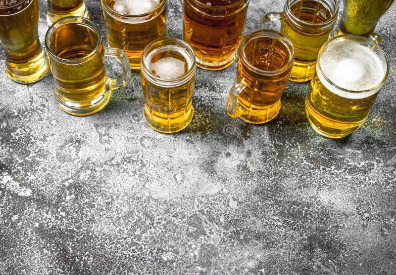 Exponeringsglas med nytt öl arkivbilder