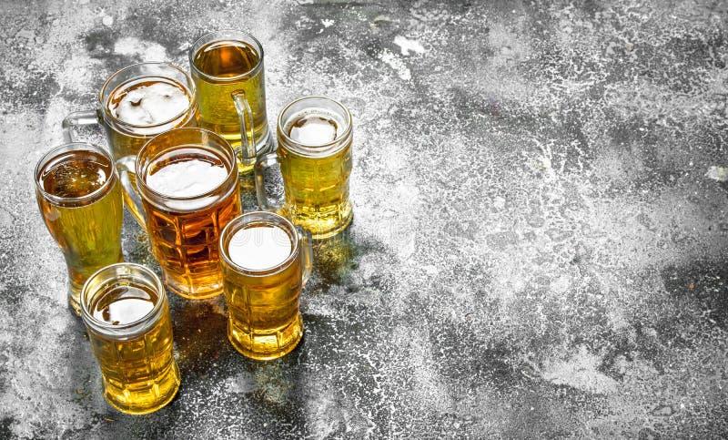 Exponeringsglas med nytt öl royaltyfri bild