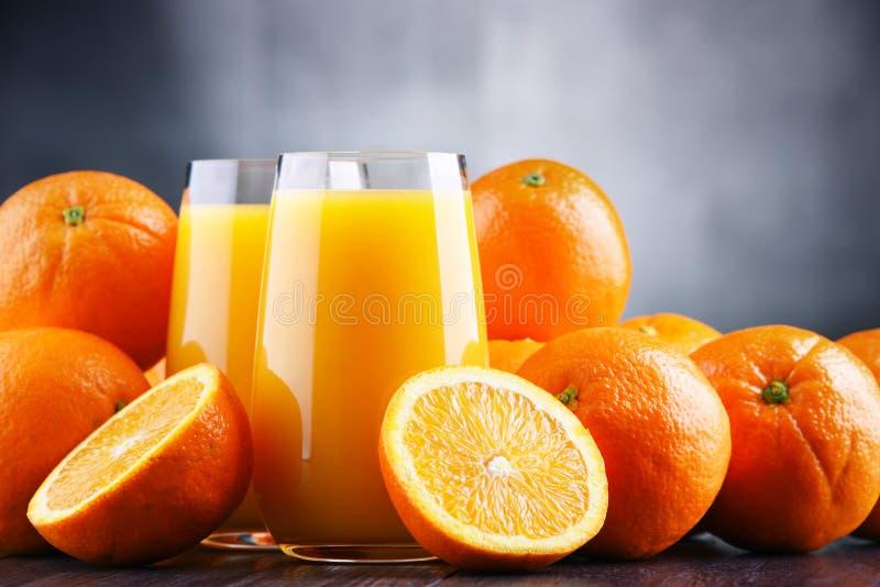 Exponeringsglas med nytt sammanpressad orange fruktsaft royaltyfri bild