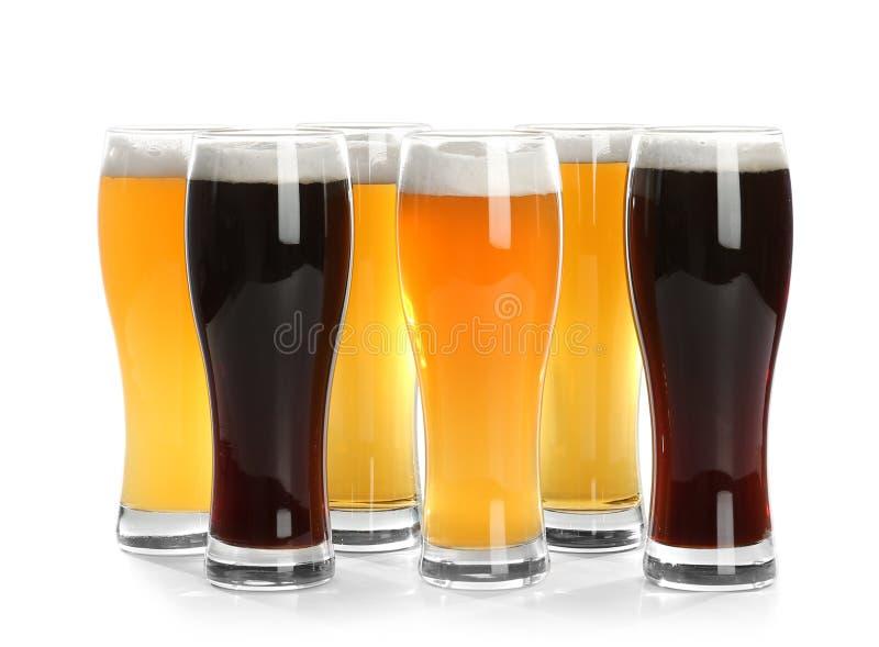 Exponeringsglas med olikt öl arkivbild