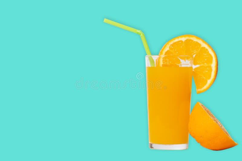 Exponeringsglas med orange fruktsaft och skivaapelsinen fotografering för bildbyråer
