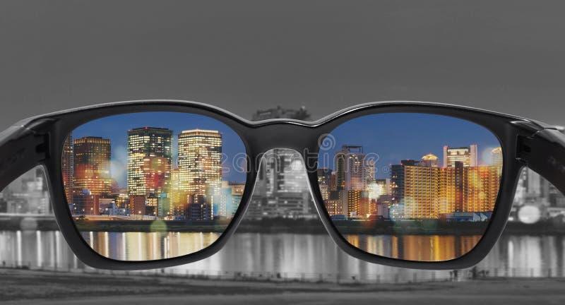 Exponeringsglas med stadssikten, utvald fokus på linsen, exponeringsglas för färgblindhet, smart exponeringsglasteknologi arkivfoton