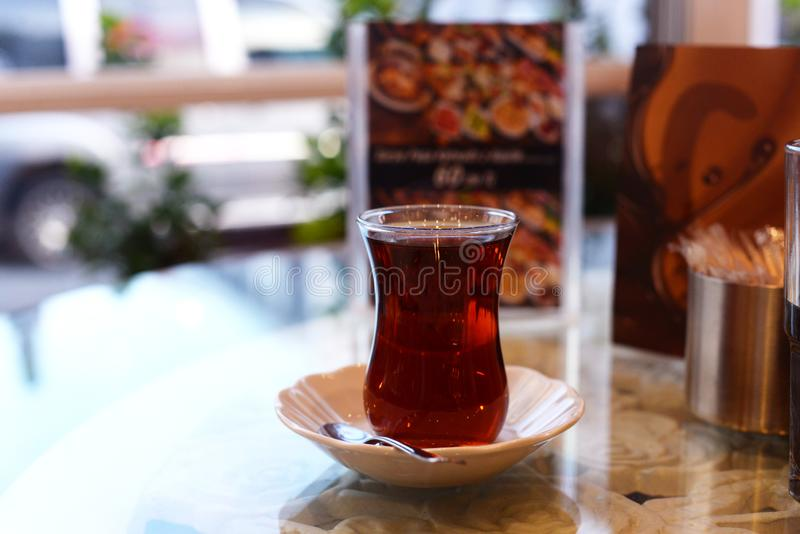 Exponeringsglas med te som är traditionellt i den Turkiet Istanbul drinken arkivfoto