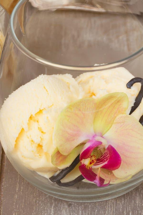 Exponeringsglas med vaniljglass arkivfoton