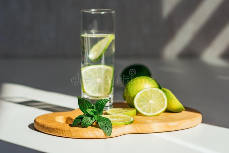 Exponeringsglas med vatten-, limefrukt- och mintkaramellsidor arkivfoto