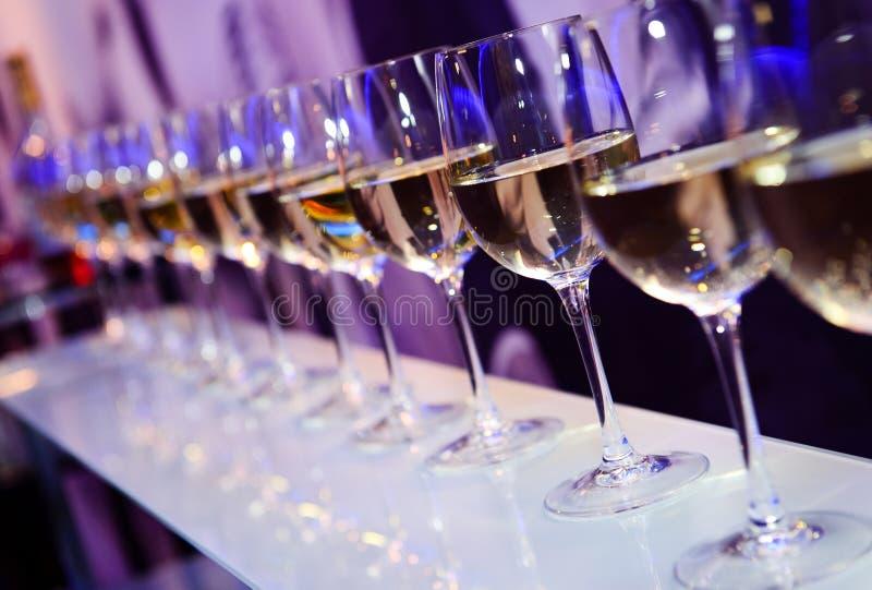 Exponeringsglas med vitt vin arkivfoto