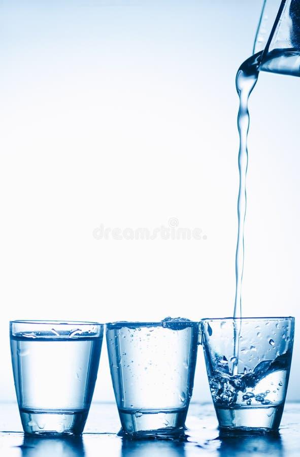 Exponeringsglas med vodka royaltyfria foton