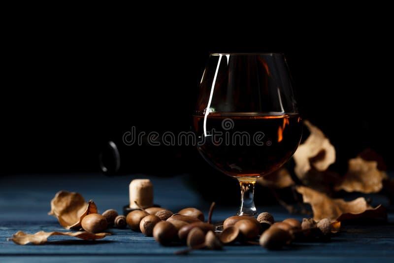 Exponeringsglas med whisky på trätabellen royaltyfria foton