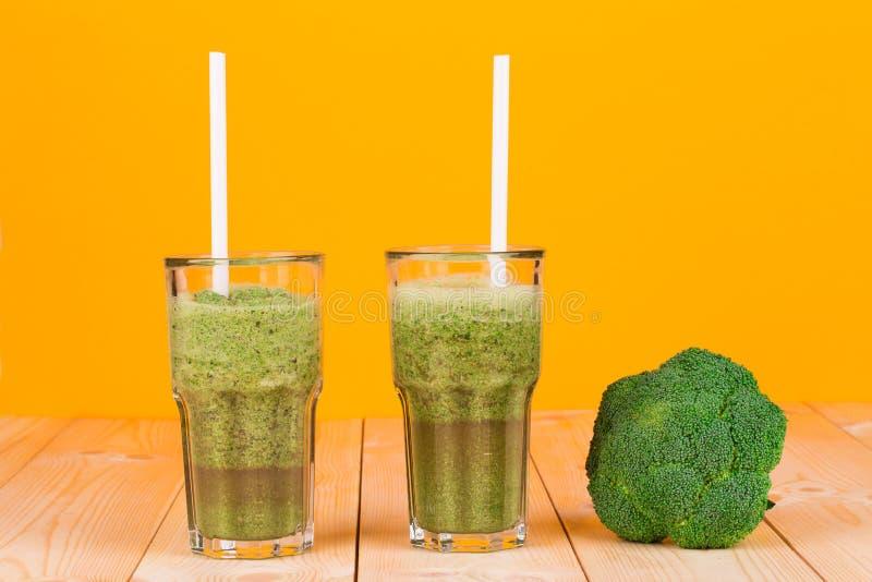 Exponeringsglas mycket av smaklig kiwifruktsaft och broccoli royaltyfri fotografi