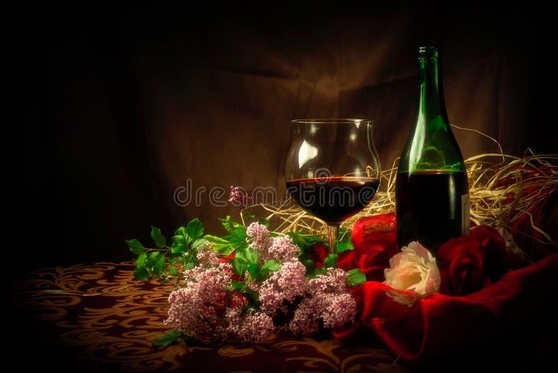 Exponeringsglas och flaska av rött vin i elegant inställning royaltyfria foton