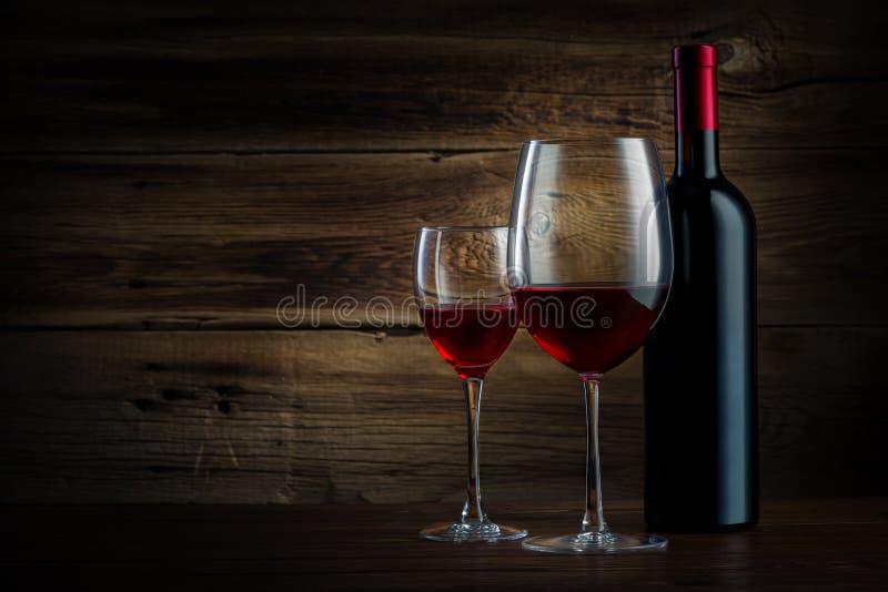 Exponeringsglas och flaska av vin arkivfoton