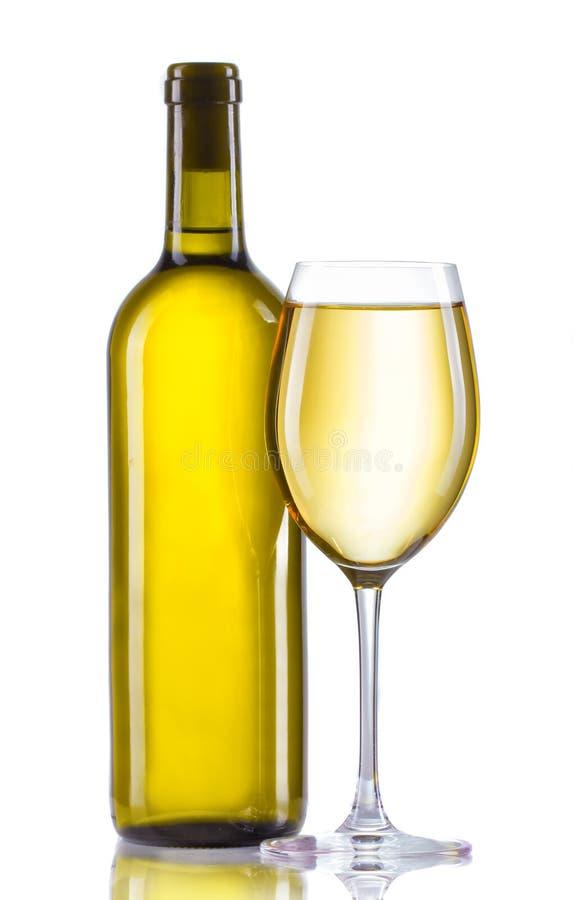 Exponeringsglas och flaska av vitt vin som isoleras på vit arkivbilder
