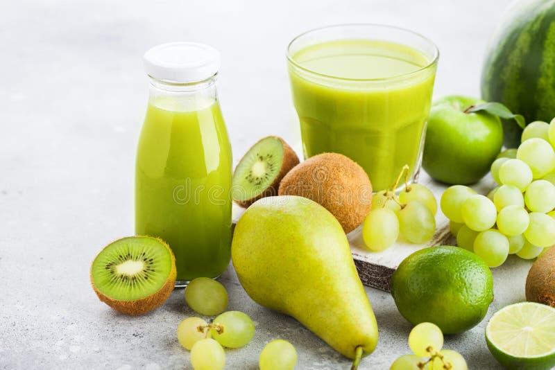 Exponeringsglas och flaskan av den nya smoothien med organisk gräsplan tonade frui arkivfoton