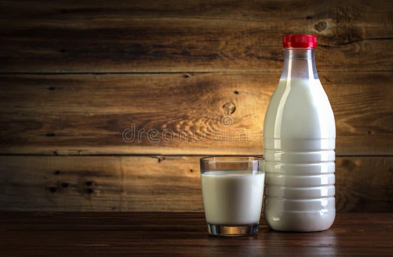 Exponeringsglas och flaskan av mjölkar royaltyfria bilder