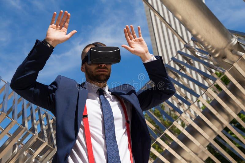 Exponeringsglas och göra för virtuell verklighet för ung affärsman mest gest bärande fotografering för bildbyråer