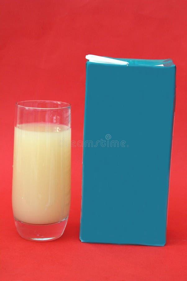 Exponeringsglas och packe eller ask av grapefruktfruktsaft Läsk beverly arkivfoton