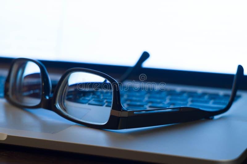 Exponeringsglas på bärbar dator skrivar arkivbild
