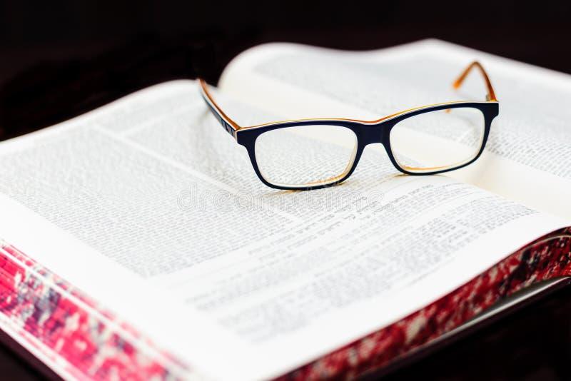 Exponeringsglas på boken av Talmud BakgrundsTorah studie royaltyfri bild