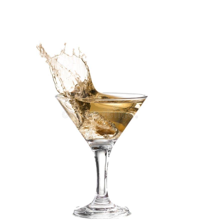 exponeringsglas på en vit bakgrund; vattenkrusningarna och plaskat, som en grön spansk oliv med kryddpepparen tappas in i glen royaltyfri fotografi