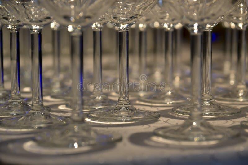 Exponeringsglas på tabellen artfully som är ordnad med specialt ljus royaltyfria bilder