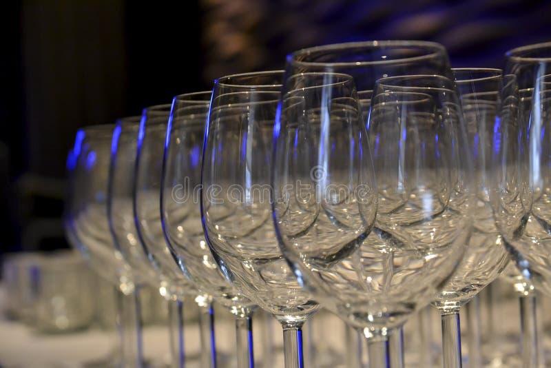 Exponeringsglas på tabellen artfully som är ordnad med specialt ljus royaltyfri foto