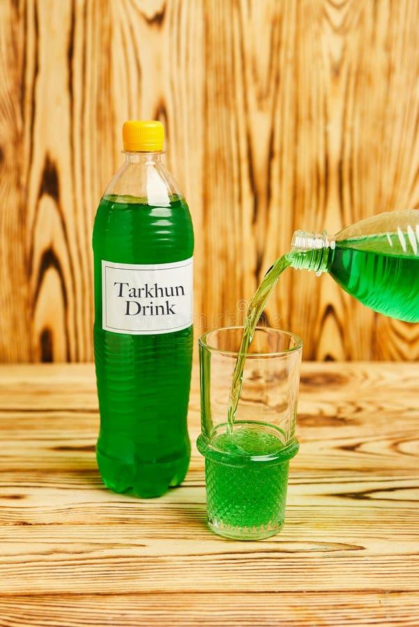Exponeringsglas som är fullt av att gristra grön tarkhun, hemlagat i Georgia, traditionell drink, autentiskt recept arkivfoto