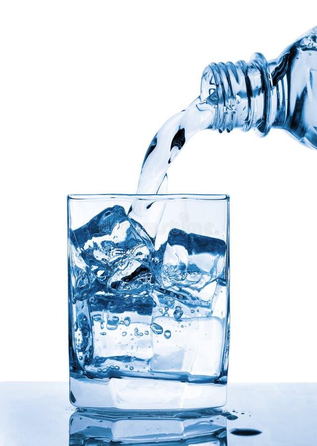 exponeringsglas som häller till vatten arkivfoton