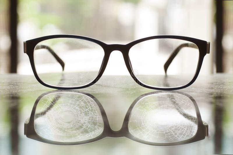 Exponeringsglas som knäckas på reflexionstabellen arkivfoto