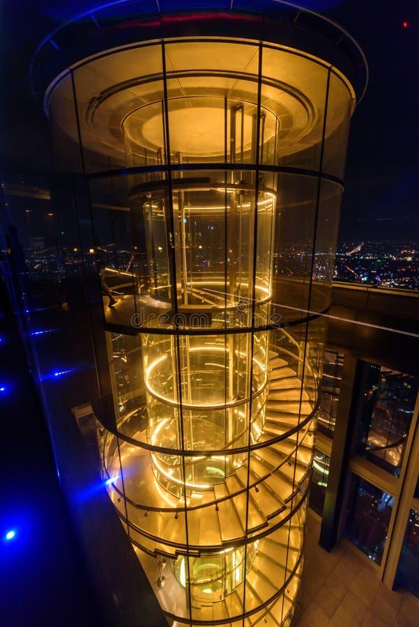 Exponeringsglaselevator i hög byggnad royaltyfri fotografi