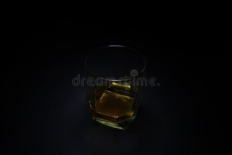 Exponeringsglaset av whisky med mörk bakgrund royaltyfri bild