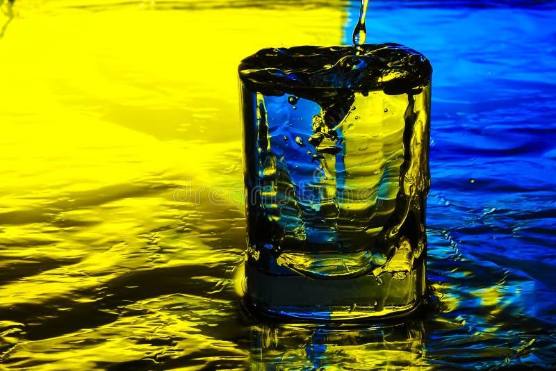 Exponeringsglaset fylls med vatten royaltyfri bild