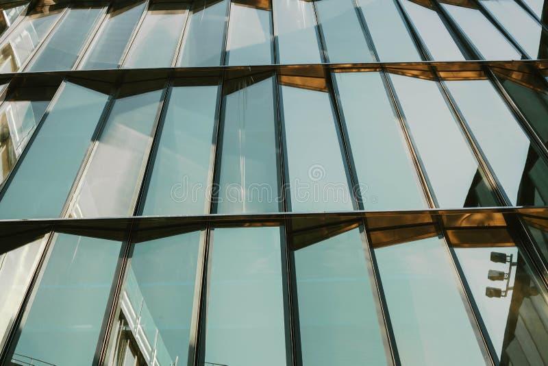 Exponeringsglasfönster av en byggnad med svarta aluminiumramar, blå signal som bakgrund arkivbilder