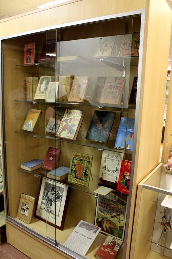 Exponeringsglasfall med skärm av älskade tecken i barndomboken, allt sakeruns-museum, Chittenango, New York, 2018 royaltyfri fotografi