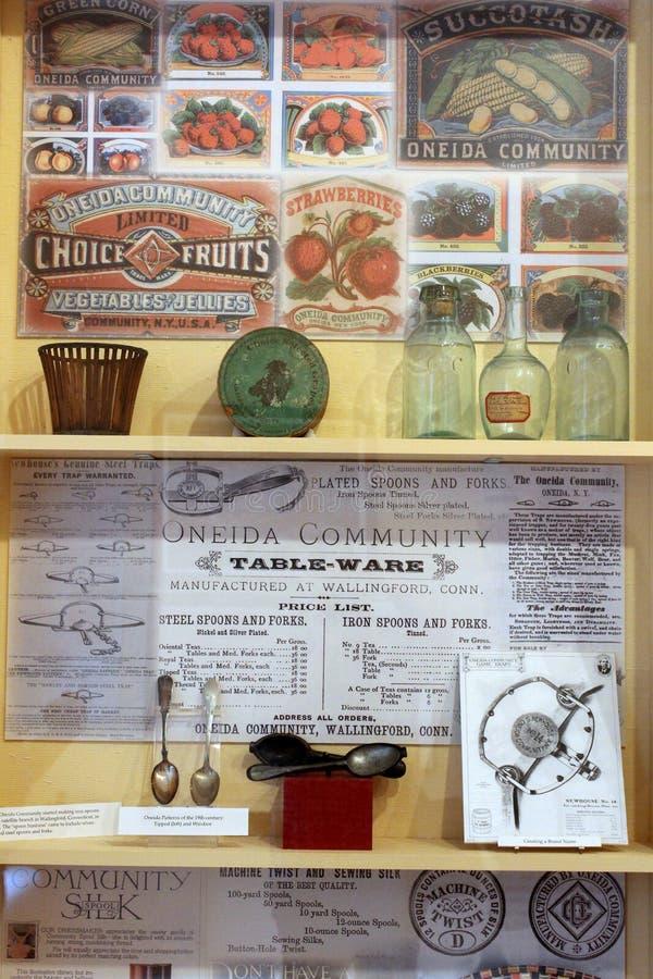 Exponeringsglasfall som fylls med historiska objekt som visar liv och uppfinningar på Oneida Community Mansion House, Oneida New  royaltyfria bilder