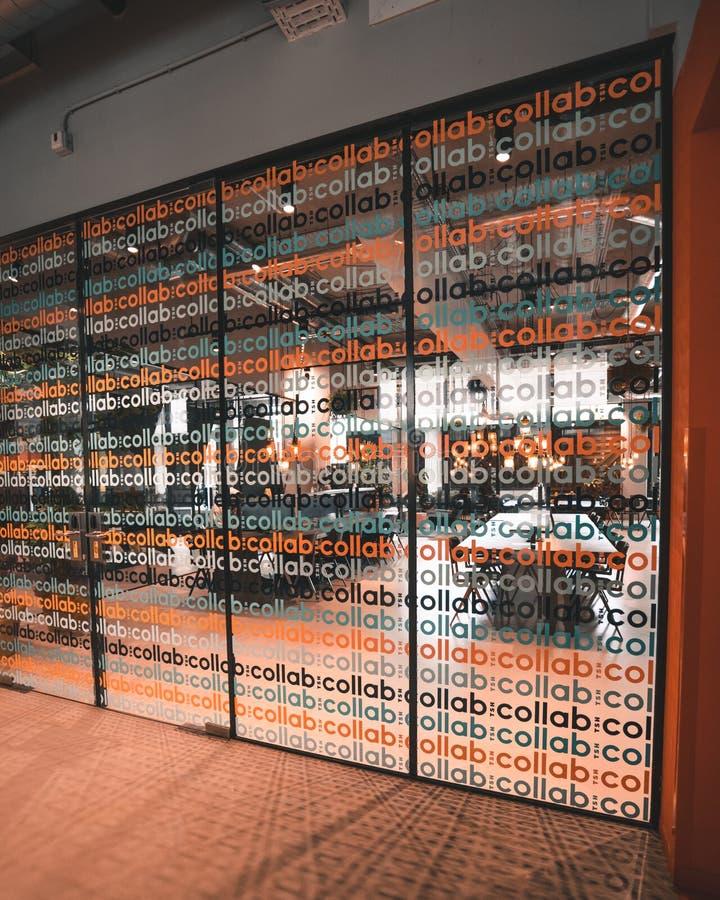 Exponeringsglasframdelen av ett coworking utrymmekontor för samarbeten royaltyfri bild