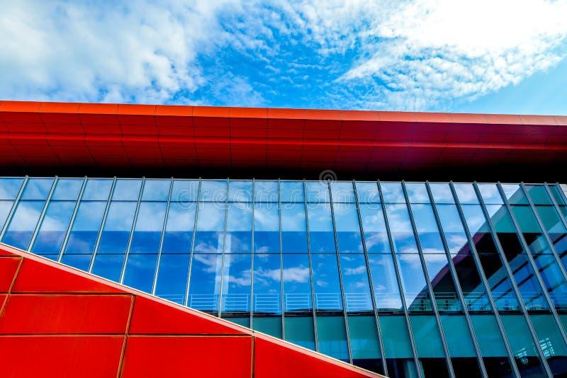 Exponeringsglasgardinvägg som kartlägger blå himmel och det vita molnet arkivfoton