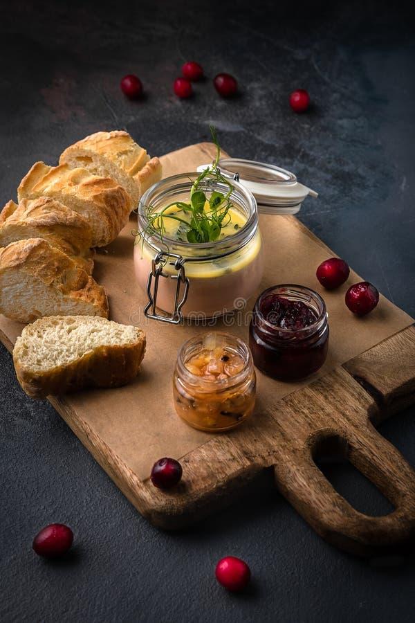 Exponeringsglaskrus av andleverpate med tranbär och skivor av bröd på träskärbrädan f?r eps-illustration f?r 10 bakgrund m?rk tex fotografering för bildbyråer