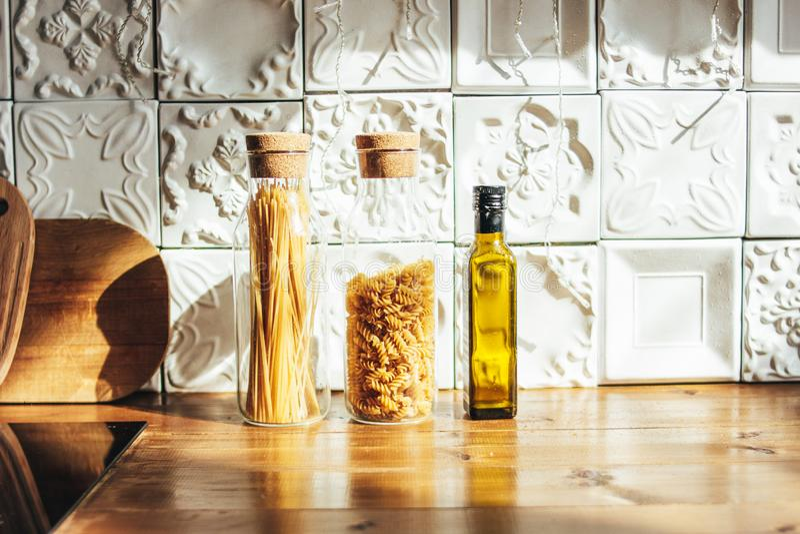 Exponeringsglaskrus med torr pasta i kök, hårt ljus för härlig morgon, nollförlorat begrepp royaltyfria foton
