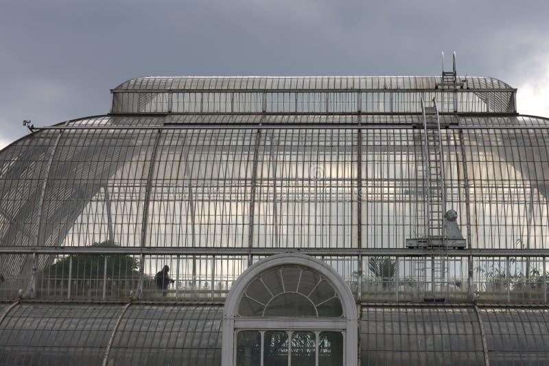 Exponeringsglaskupolen av den gamla drivhuset i de kungliga botaniska trädgårdarna Kew royaltyfri fotografi