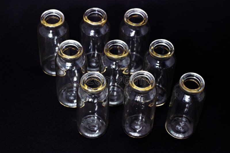 Exponeringsglasprovrör på en mörk bakgrundslaboratoriumglasföremål arkivfoto