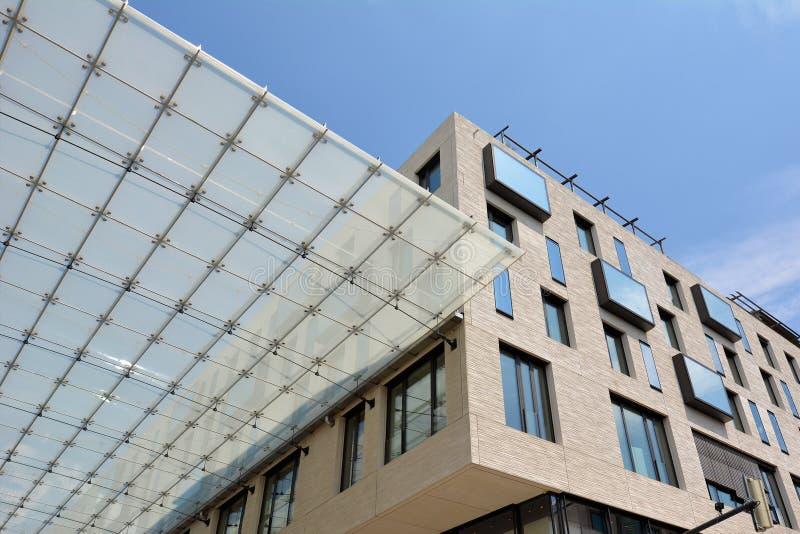 Exponeringsglastakförbindande byggnader av den stora köpcentret som kallas 'Q6 Q7 'i den Mannheim staden royaltyfria foton