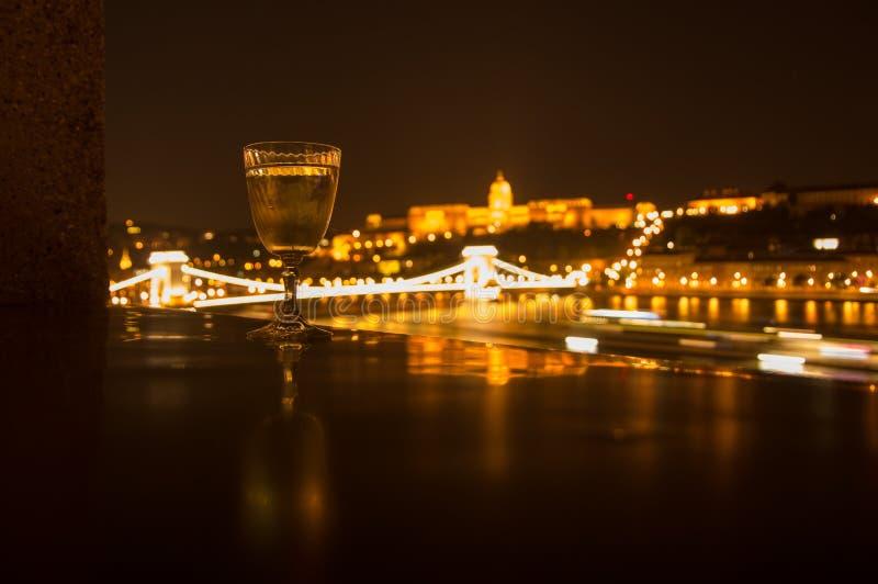 Exponeringsglasuppsättning mot natten Budapest arkivbild