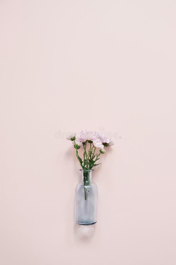 Exponeringsglasvas med den lilla buketten arkivfoton